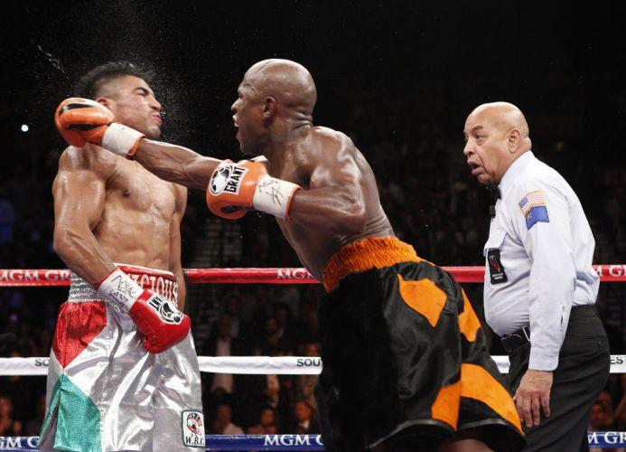 Floyd Mayweather acerta um direto de direita em Victor Ortiz após um tempo do árbitro. Com a guarda abaixada, Ortiz foi nocauteado.