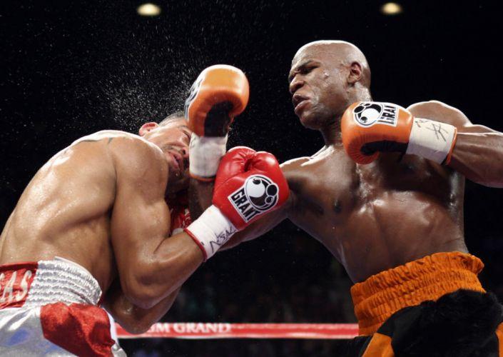 Detalhe de um golpe de Floyd Mayweather durante a luta pelo cinturão dos meio-médios contra Victor Ortiz, em Las Vegas.