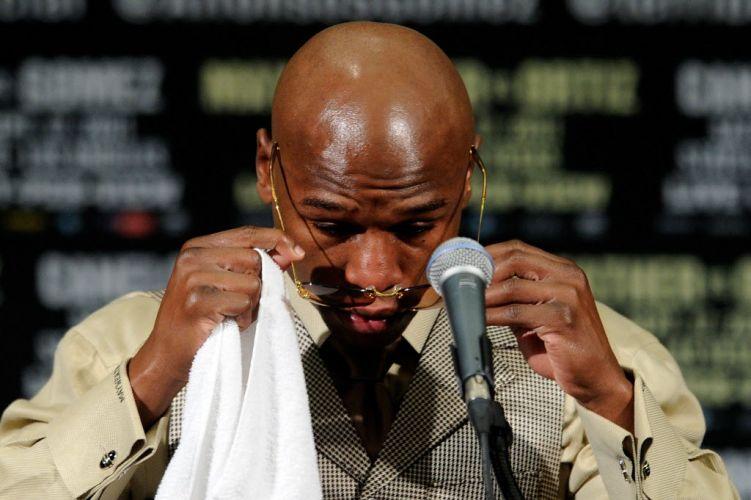 Floyd Mayweather chora durante sua coletiva de imprensa pós-luta. O lutador foi muito questionado pelo seu nocaute polêmico contra Victor Ortiz.