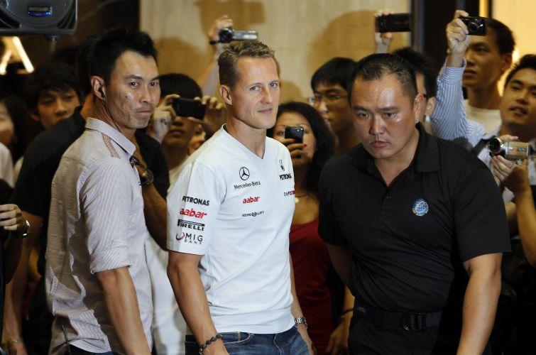 Fãs de Michael Schumacher tiveram a chance de conhecer o piloto da Mercedes, que participou de um evento em um shopping de Cingapura