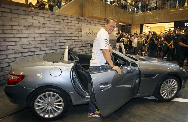 Em um evento realizado em um shopping de Cingapura, Michael Schumacher posa ao lado de um carro da Mercedes