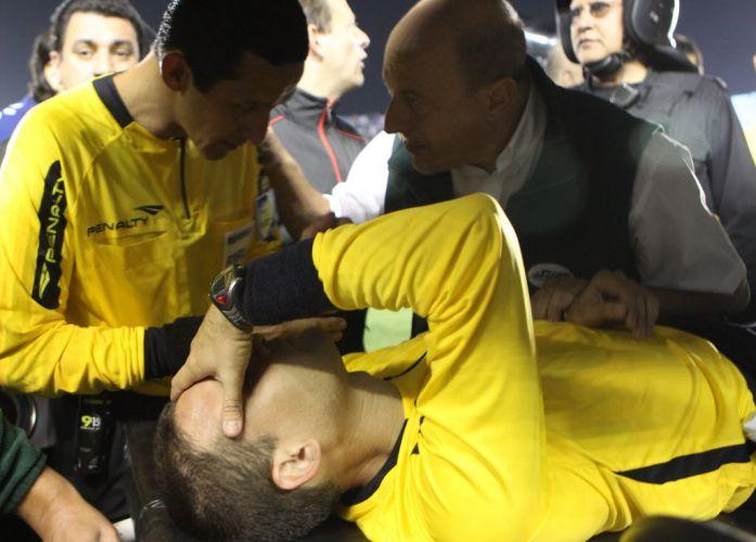 Assistente é atendido após agressão pela torcida no Uruguai; ele foi atingido por uma bobina de papel e o confronto acabou mais cedo