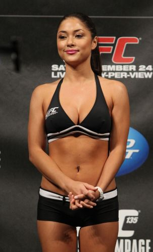 Ring girl Arianny Celeste marca presena de rabo-de-cavalo - a musa at agradeceu os elogios pelo penteado no Twitter