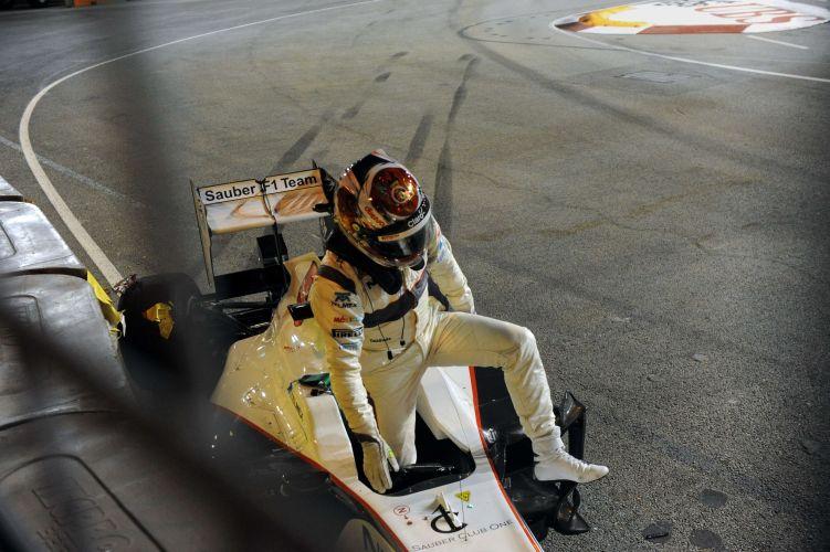 Kamui Kobayashi deixa sua Sauber após sofrer acidente durante o treino de classificação para o GP de Cingapura. Carro do piloto japonês