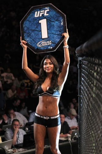 A bela ring girl Arianny Celeste exibe a placa durante o UFC 135