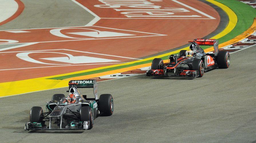 Michael Schumacher, da Mercedes, tenta se manter à frente de Lewis Hamilton, da McLaren, durante o GP de Cingapura