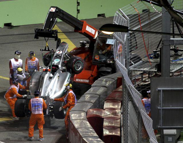 Carro de Michael Schumacher é retirado. Piloto da Mercedes bateu após cometer um erro ao tentar ultrapassar Sergio Pérez