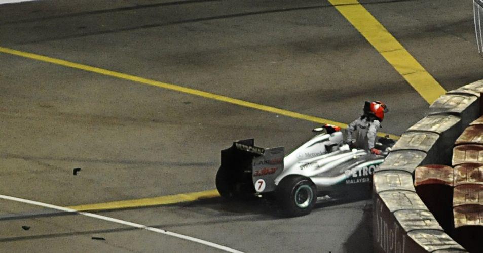 Michael Schumacher deixa sua Mercedes após sofrer acidente. Piloto alemão errou ao tentar ultrapassar Sergio Pérez e bateu