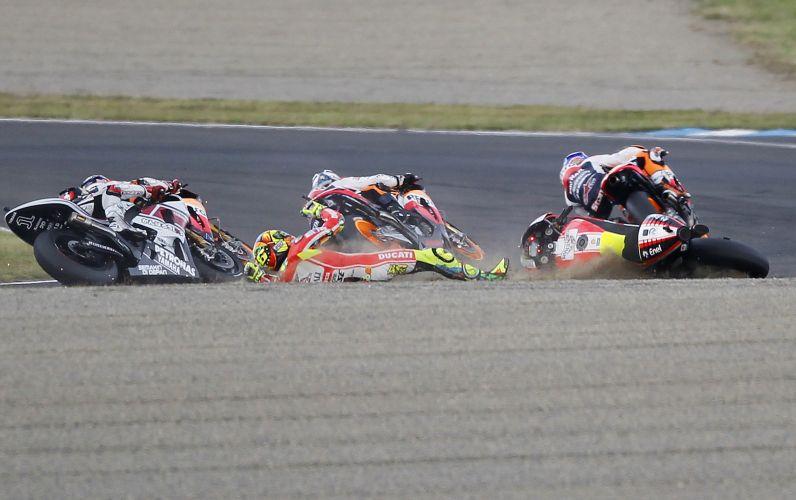 Italiano Valentino Rossi cai durante etapa japonesa da MotoGP, em Motegi.
