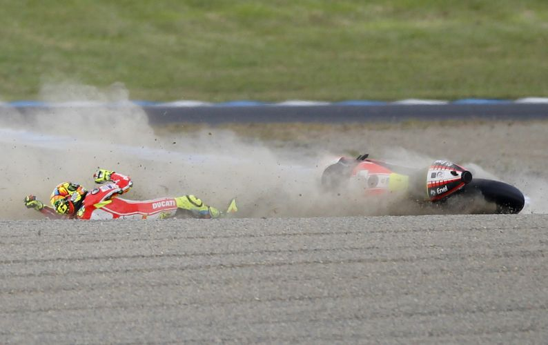 Valentino Rossi cai durante prova da MotoGP.