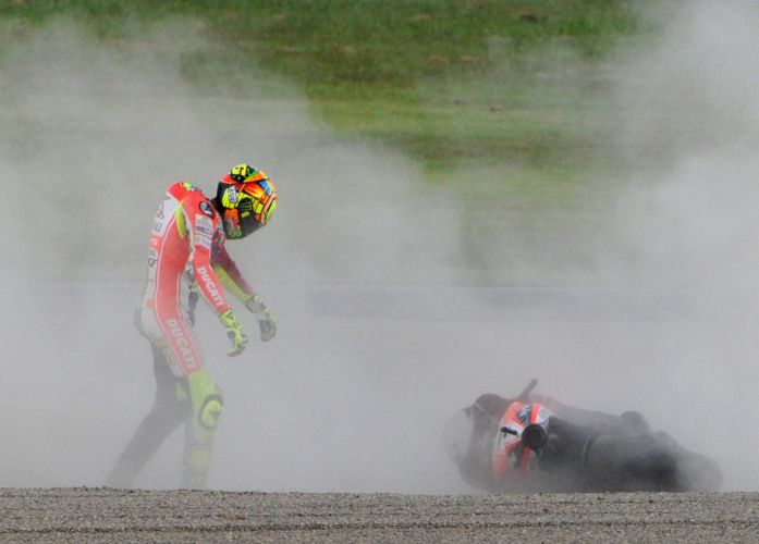 Valentino Rossi se levanta aps acidente na etapa de Motegi, regio ao norte de Tquio.