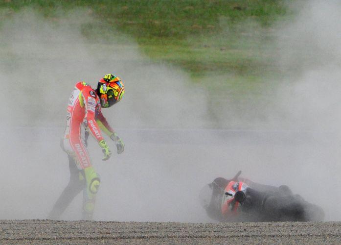 Valentino Rossi se levanta após acidente na etapa de Motegi, região ao norte de Tóquio.