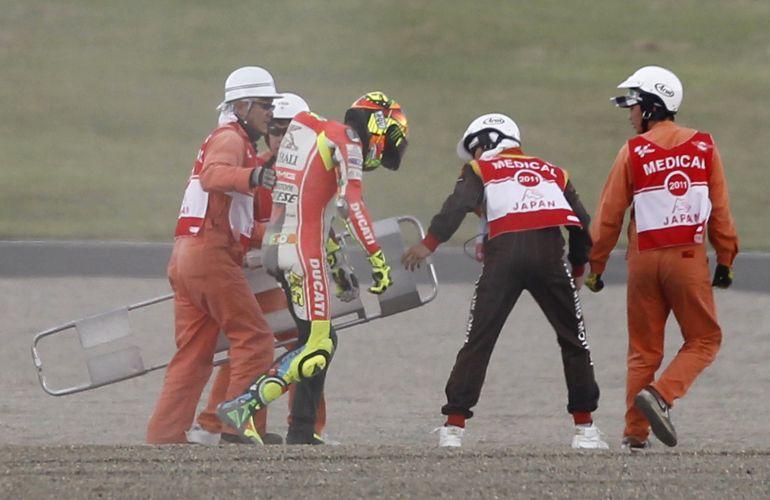 Valentino Rossi recebe cuidados médicos após queda na MotoGP.