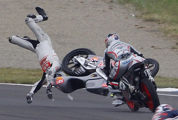 Niklas Ajo caiu de sua Aprilia na prova de 125 cilindradas.