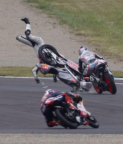 Niklas Ajo foi mais um dos acidentados na etapa do Japão da MotoGP neste domingo e sua queda acabou envolvendo outros pilotos.