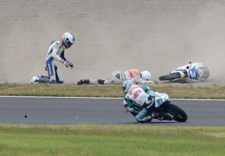 Luigi Morciano (esquerda) olha para Niklas Ajo (centro) após acidente nas 125cc.