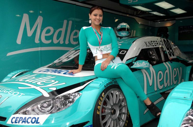Grid girls levam charme e beleza aos boxes da equipe Medley/Full Time Sports na etapa de Londrina da Stock Car