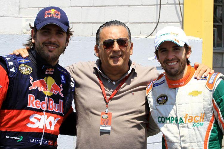 Cacá Bueno (e) posa para foto ao lado do pai, o narrador Galvão Bueno, e do irmão e também piloto Popó
