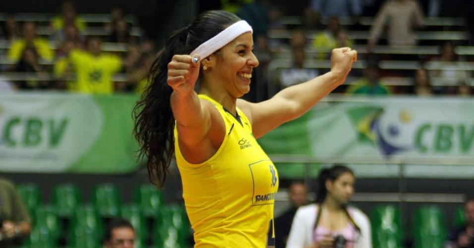 Paula Pequeno representa uma geração vencedora do vôlei brasileiro. Campeã olímpica em Pequim, ela poderia abrir o desfile brasileiro com a beleza que mostra nas quadras.