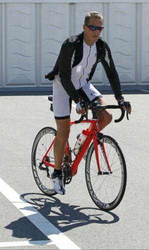 O alemão Michael Schumacher, da Mercedes, circula tranquilamente de bicicleta pela pista de Suzuka, no Japão