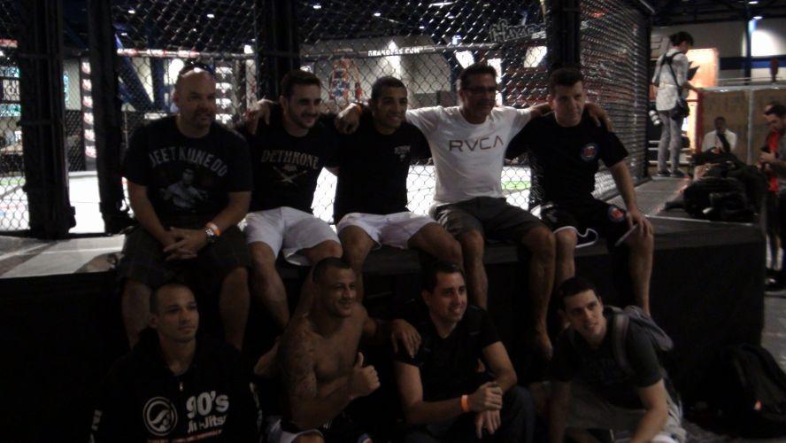Treino livre para o UFC 136 reuniu lutadores e treinadores no octógono onde serão realizadas as lutas neste sábado