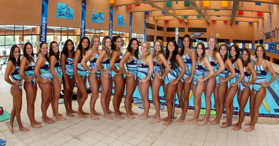 Nadadoras posam para foto ao lado da piscina do centro de treinamento de La Loma, em San Luis do Potosi