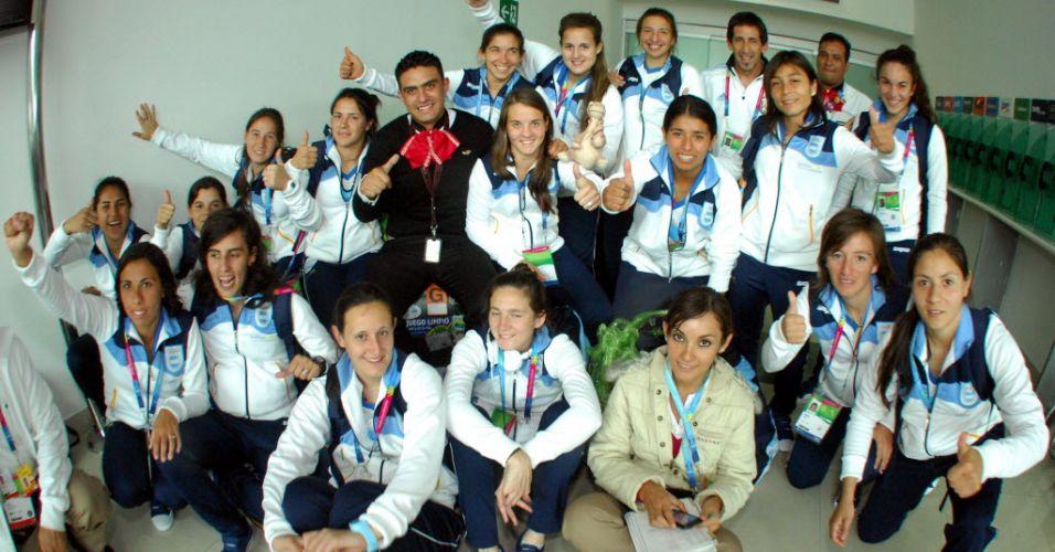 Seleção feminina de futebol da Argentina chega ao aeroporto de Guadalajara para a disputa do Pan-Americano