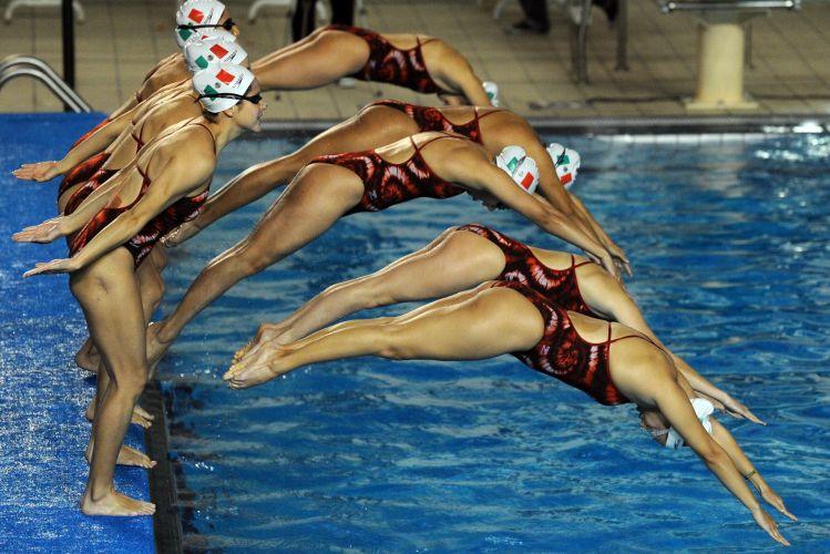Equipe mexicana de nado sincronizado treina apresentação em Guadalajara para os Jogos Pan-Americanos