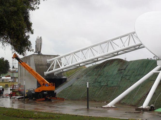 Trator trabalha sob chuva em um dos acessos do estádio Telmex