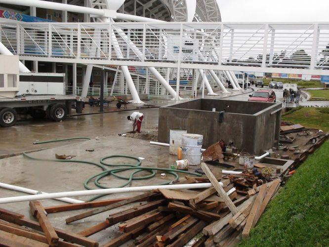 Vigas, ferramentas e inúmeros objetos utilizados na construção do estádio ainda se encontram perto da entrada principal