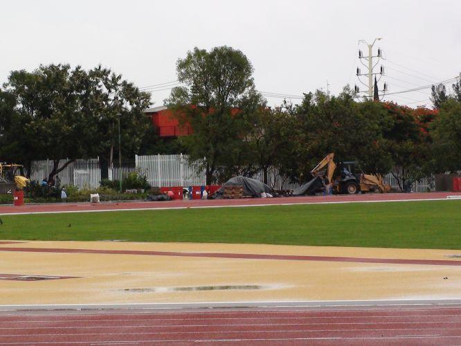 Tratores se alternam no trabalho no interior do estádio Telmex a pouco tempo do início do Pan