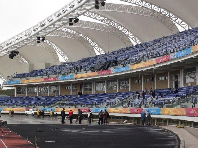 Operários trabalham no dia da festa pela Virgem de Zapopan para compensar o atraso nas obras do estádio do atletismo