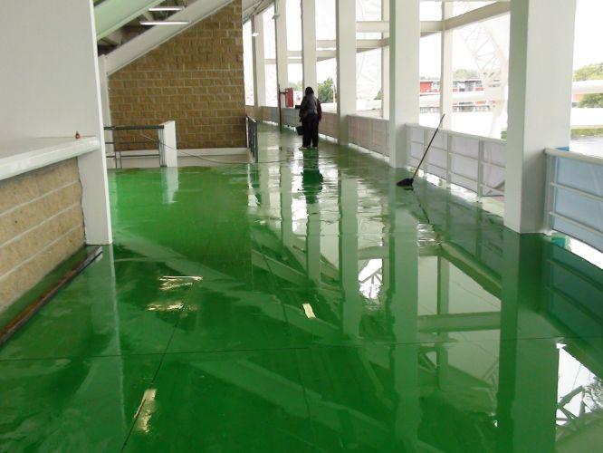 Chuva causada pela proximidade do furacão Jova gera acúmulo de água em corredores do estádio do atletismo