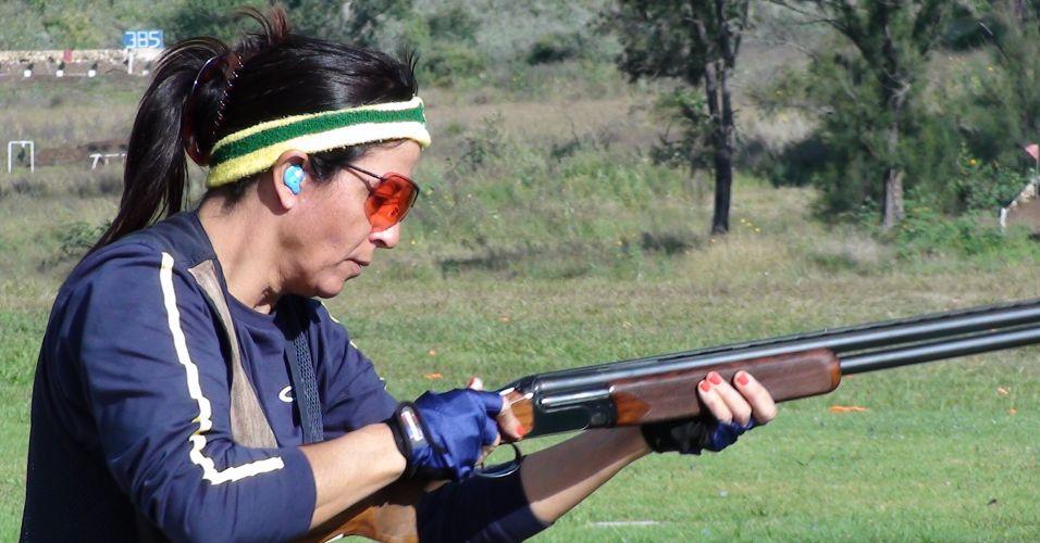Janice Teixeira descarrega a arma depois de efetuar dois tiros em prática na fossa olímpica