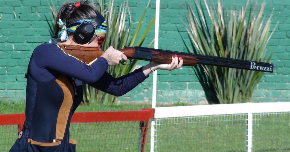 Karla de Bona prepara tiro durante treino do Brasil no Club Cinegético Jalisciense