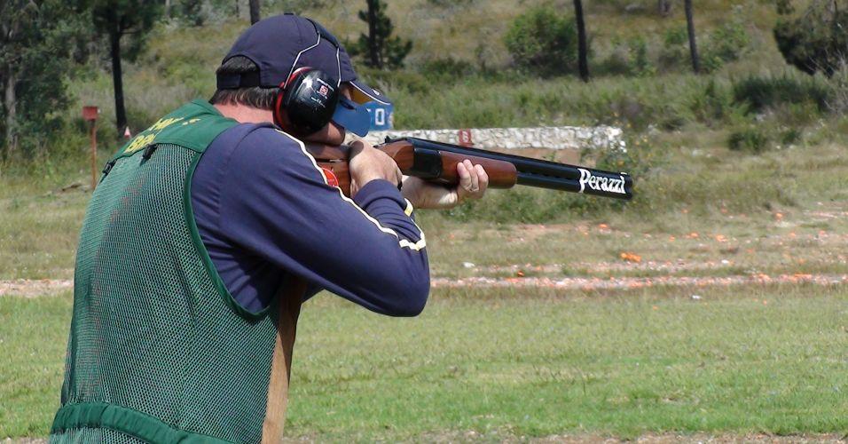 O brasileiro Roberto Schmits, representante comercial e guia de caça, atira durante preparação para a prova de fossa olímpica