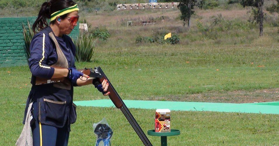 Janice Teixeira carrega a arma antes de fazer seus disparos no treino da delegação brasileira da última sexta-feira