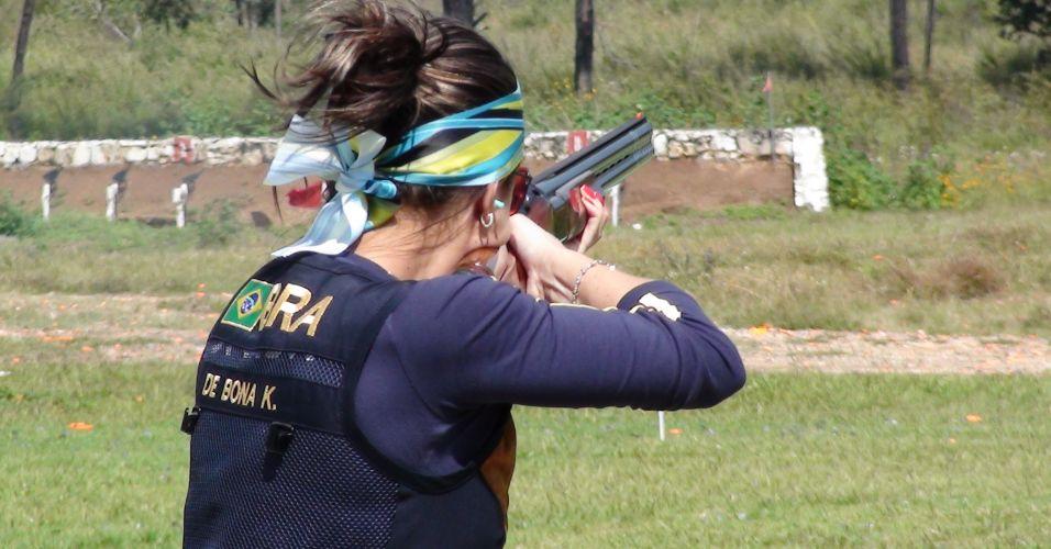 Karla de Bona mostra sinais da vaidade (unha pintada, faixa no cabelo, brinco e pulseira) durante treino do tiro para a prova de fossa olímpica