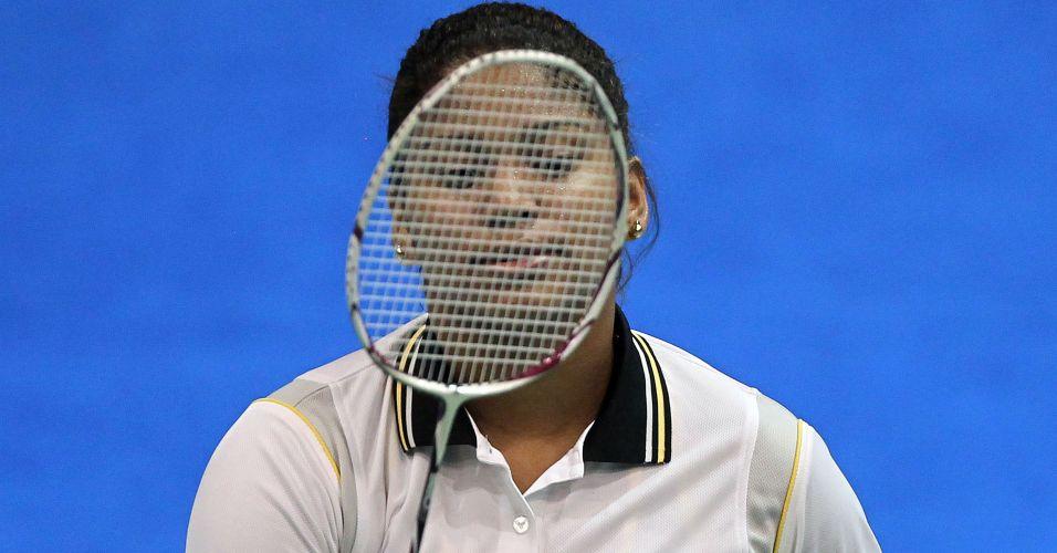 Lohaynny Vicente olha para sua raquete durante a partida de estreia no Pan