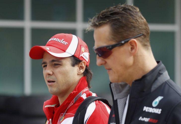 Brasileiro Felipe Massa e alemão Michael Schumacher chegam ao autódromo para a terceira sessão de treinos livres do GP da Coreia do Sul