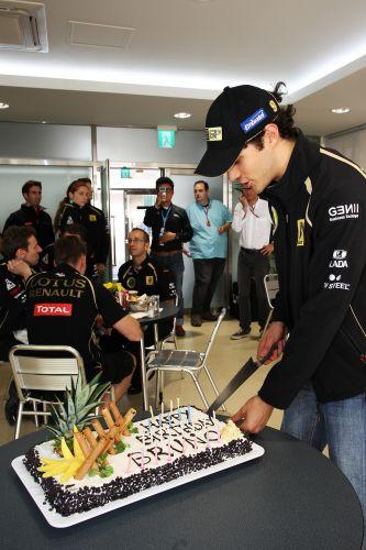 Bruno Senna ganhou bolo de aniversário da Renault; brasileiro completa 28 anos neste sábado. No entanto, o piloto teve poucos motivos para comemorar. Ele largará na 15ª posição no GP da Coreia do Sul e teve desempenho abaixo do esperado. Vitaly Petrov, seu companheiro de equipe, sairá em oitavo lugar