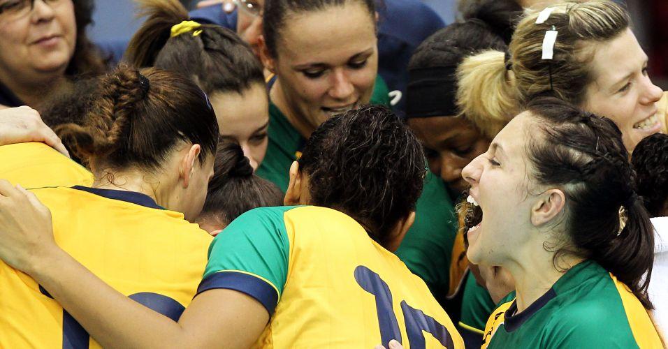 Jogadoras da seleção brasileira fazem corrente na vitória contra os Estados Unidos
