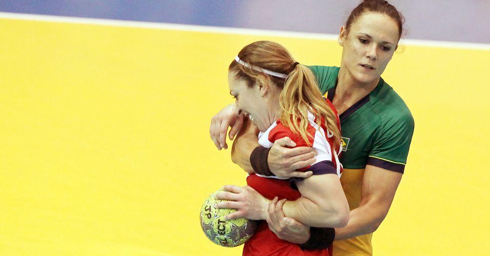 Dani Piedade bloqueia jogadora norte-americana na vitória do Brasil pela estreia do handebol feminino no Pan