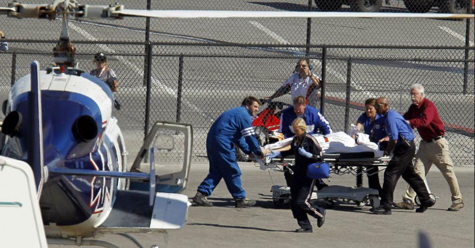 O piloto inglês Dan Wheldon sendo levado ao helicóptero após grave acidente no GP de Las Vegas da Indy. Infelizmente, ele não resistiu aos ferimentos. (16/10/2011)