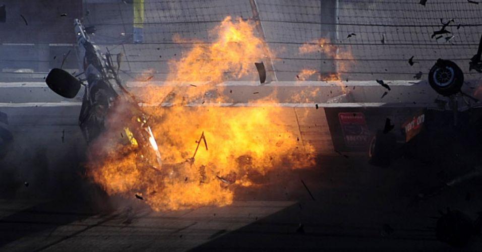 Carro de Dan Wheldon é envolvido em chamas após acidente na prova de Las Vegas da Fórmula Indy. O piloto foi retirado às pressas por helicóptero do autódromo, mas não resistiu aos ferimentos e morreu. (16/10/2011)