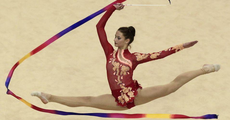 Maria Kitkarska, do Canadá, maneja a fita enquanto salta na prova individual geral da ginástica rítmica