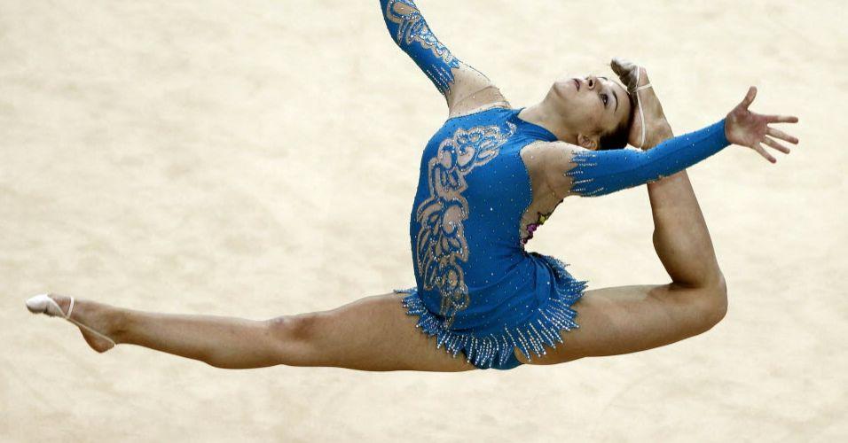 Em uma prova de seu contorcionismo, canadense Mariam Chamilova encosta o pé na cabeça durante movimento