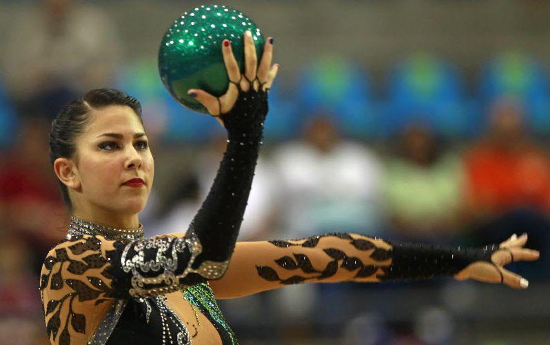 Norte-americana Julie Ashley Zetlin olha atentamente para a bola, durante sua performance neste sábado