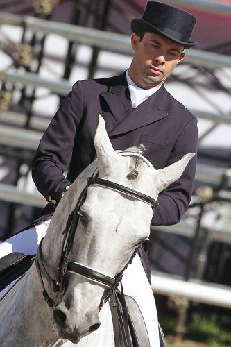 Brasileiro Mauro Pereira Júnior vai para a pista com o cavalo Tulum Comando no adestramento