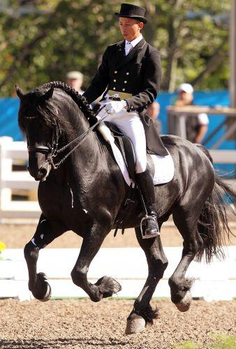 Equatoriano Julio Cezar Mendoza se apresenta com o cavalo Ivan na disputa do adestramento em Guadalajara